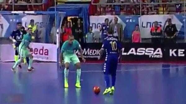 Futsal kralı Ricardinho'dan muhteşem gol
