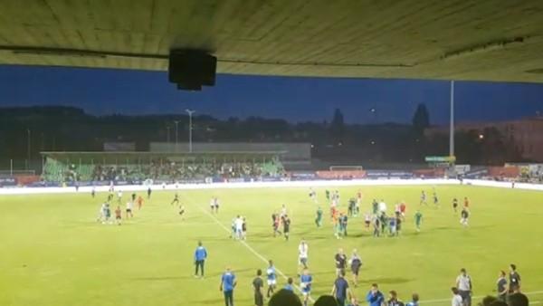 Fenerbahçe - Bilbao maç sonunda yine taraftarlar sahaya girdi.