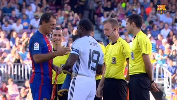 Barcelona ve Manchester efsaneleri sahaya geri döndüler!