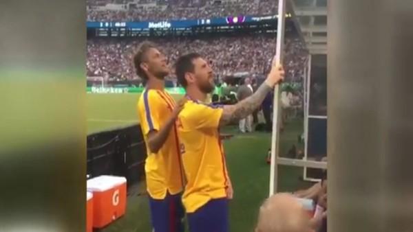 Neymar ile Messi, tribünde bir şey görürse!