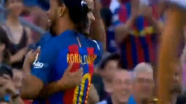 Rivaldo inanılmaz kaçırdı, Ronaldinho rezil etti!