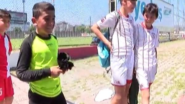 Minik kaleci ile futbolcuların güldüren diyaloğu
