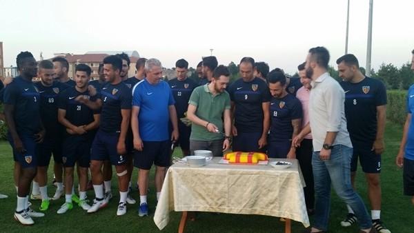 Kayserili taraftarlar futbolculara pasta ikram etti