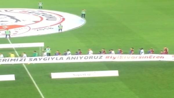 Futbolcular sahaya #iyikivarsınEren pankartıyla çıktı