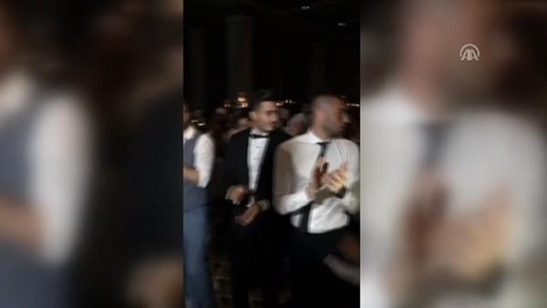 Trabzonsporlu futbolcular Zeki Yavru'nun düğününde kolbastı oynadı