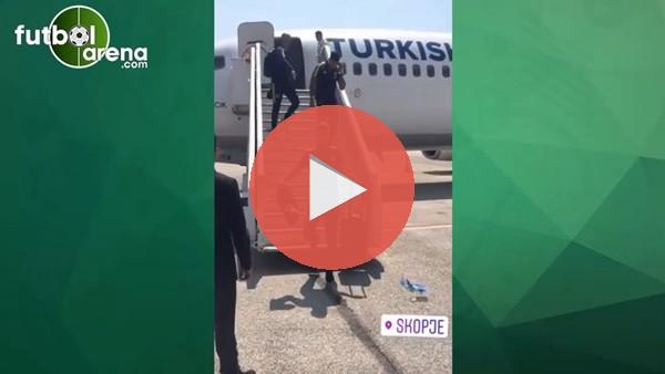 Aatif Chahechouhe ve Nabil Dirar uçaktan şakalaşarak indi