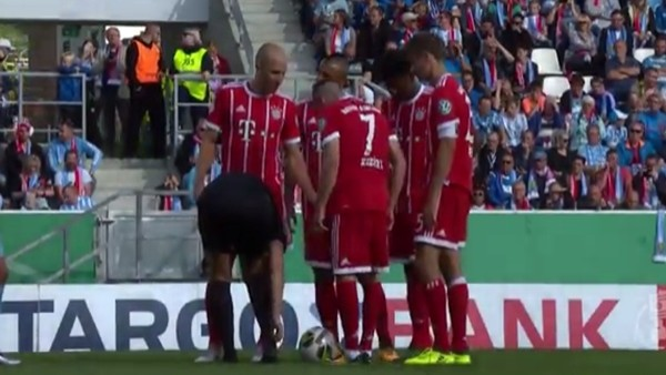 Franck Ribery kadın hakemin ayakkabısının bağcığını çözdü!