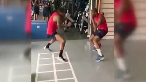Dani Alves'ten Muhammed Ali teknikleri!