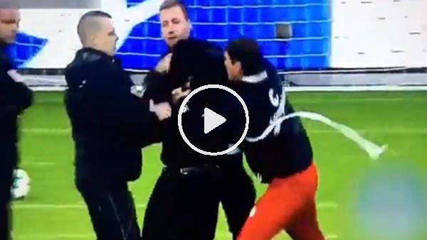 Sahaya çete indi, futbolcular taraftarları korudu