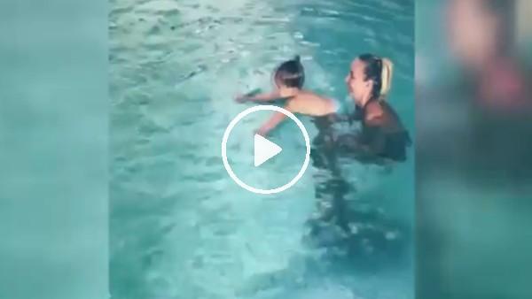 Sneijder'in oğlu Xess Xava yüzme öğreniyor