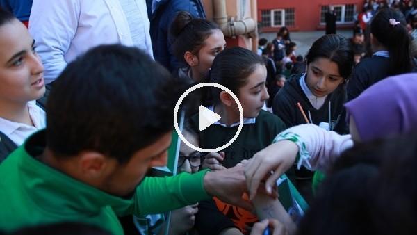 Öğrenciler Giresunsporlu futbolcu ve yöneticilerden imza almak için bir biriyle yarıştı