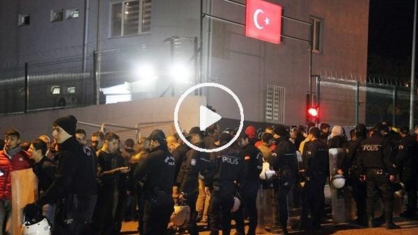 Şanlıurfasporlu futbolcu ve taraftarlar emniyetin önünde toplandı
