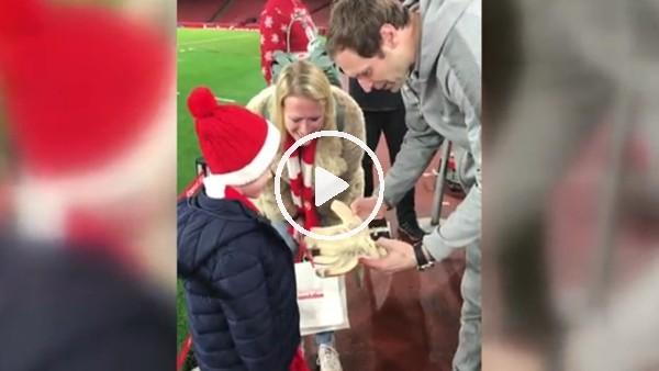 Petr Cech'den minik hayranına hediye!