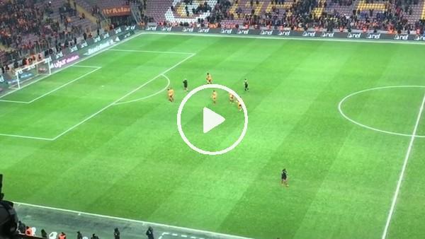 """Galatasaray taraftarı, futbolcuları """"Lider buraya"""" tezahüratıyla tribüne çağırdı"""