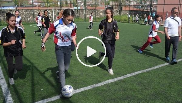Kız öğrencilerin futbol turnuvası nefes kesti