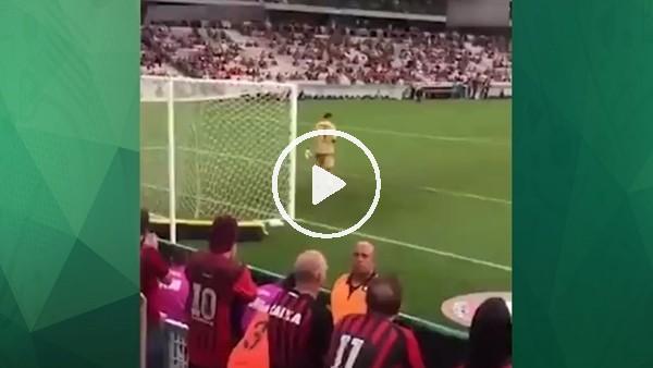 Atletico Paranaense kalecisi maçta telefonla oynarsa...