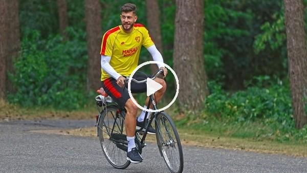 Göztepeli futbolcular antrenmana bisikletle gidiyor