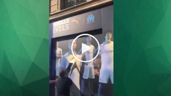 Paris taraftarı Marsilya reklamlarını görünce...
