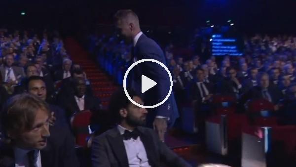 Sergio Ramos ödülünü aldı, Salah'ın omuza dokunadu!
