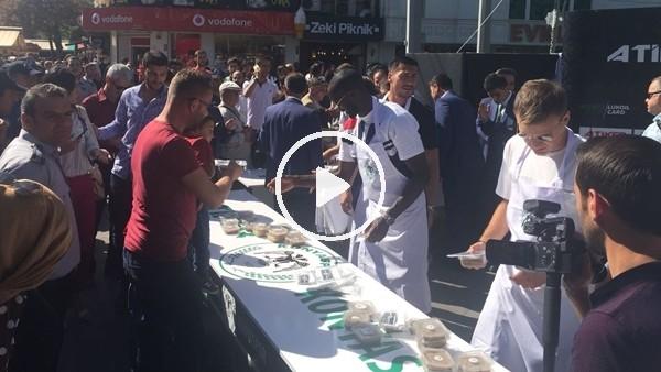 'Konyasporlu futbolcular aşure dağıttı