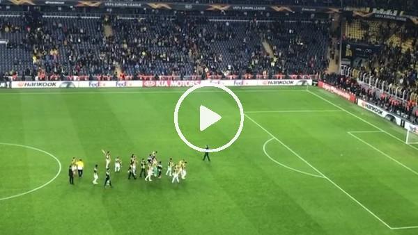 Fenerbahçeli futbolcular Koray Şener'in oturduğu tribüne doğru gitti