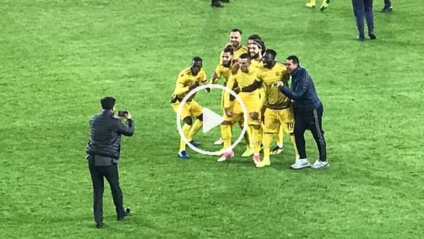 Yeni Malatyasporlu futbolcular galibiyeti taraftarıyla kutladı