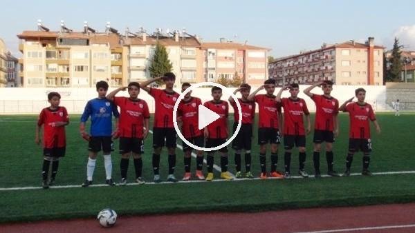 Genç futbolculardan şehitler için asker selamı