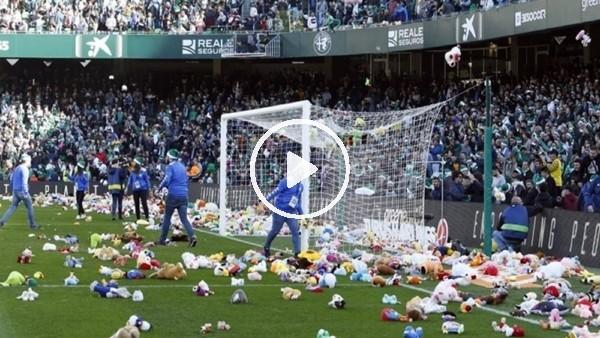 Real Betis taraftarı kimsesiz çocuklar için sahaya oyuncak attı