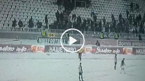 'Taraftarlardan hakeme kar topu saldırısı