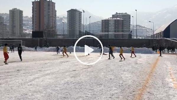 'U-15 Kayserispor ile Konyaspor maçında futbolcular ayakta duramadı