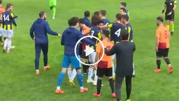 Fenerbahçe - Galatasaray derbisinde futbolcular birbirine girdi