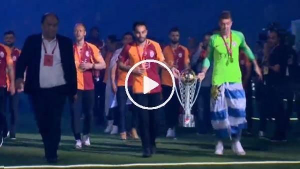 'Galatasaraylı futbolcular kupayla şampiyonluk turu attı