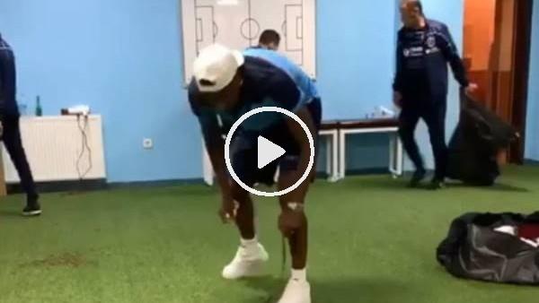 Trabzonsporlu futbolcular maç sonu Rizespor soyunma odasını temizledi
