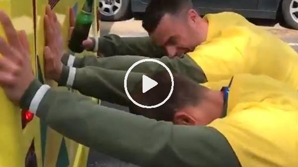 Futbolcular arıza yapan takım otobüsünü ittirdi