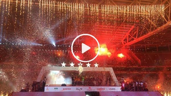 'Galatasaraylı futbolcular şampiyonluk kupasını kaldırdı