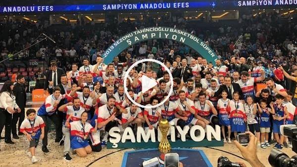 Anadolu Efes şampiynluk kupasını kaldırdı
