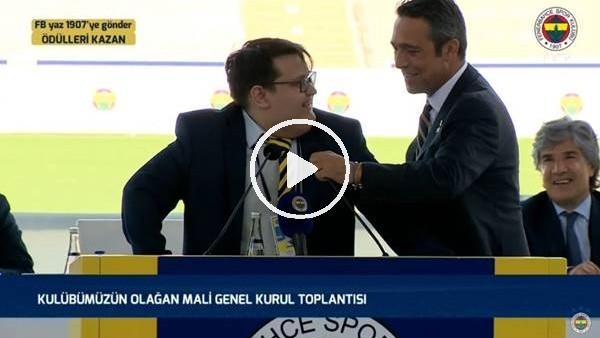 'Ali Koç, Oktay Uludoğan'ın mikrofonunu düzeltti