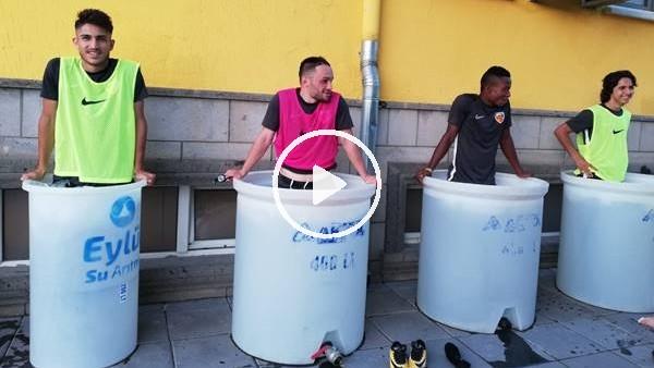 'Kayserisporlu futbolcuların antrenman sonrası buz keyfi