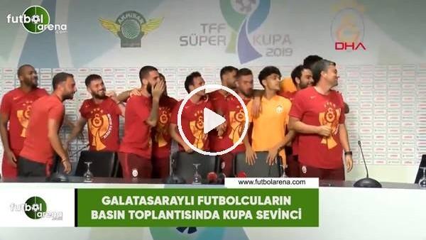 'Galatasaraylı futbolcuların basın toplantısında kupa sevinci