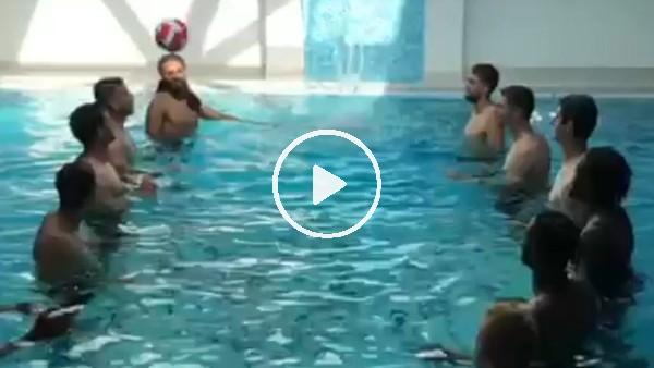Belçikalı futbolculardan havuzda şov