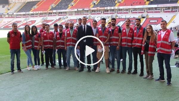 Beşiktaş maçı öncesi gönüllü gençler stadı temizledi