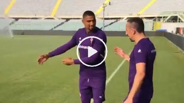 Boateng, Ribery'yi saha kenarında böyle karşıladı...