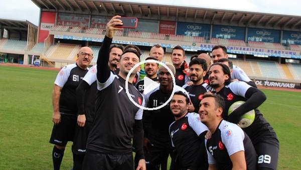 'Suriyeli gençler, eski ünlü futbolcularla gösteri maçına çıktı