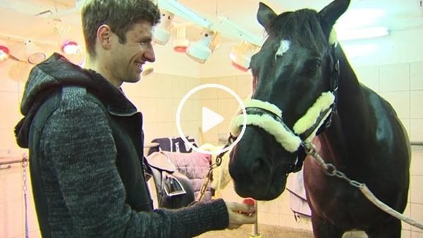 'Thomas Müller doğum yapan atına yardım ediyor