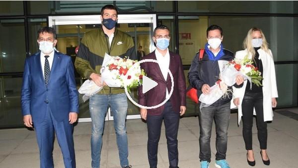 'Rekortmen yüzücü Emre Sakçı'ya  memleketi İzmir'de coşkulu karşılama